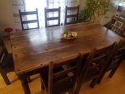Alterlümlicher Esstisch mit 8 Stühlen