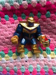 Lego Thanos mit Steinen