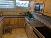 Einbauküche mit Ofen und Ceranfeld