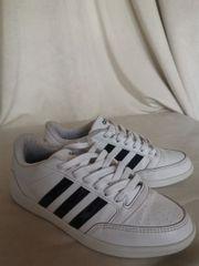 weiße Adidas Sportschuhe