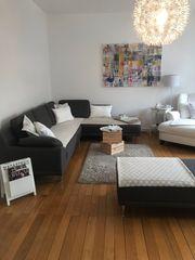 Stylisches Sofa mit Beistellhocker wegen