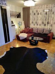Sofa bordeaux mit modernen Kissen