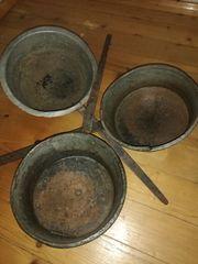 alte Eisenpfannen