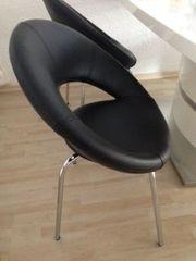 2 Stühle aus Kunstleder in