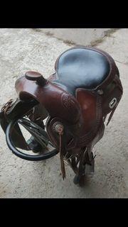 Westernsattel für kurze breite Pferde