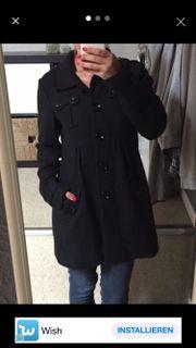 Schwarzer Mantel von