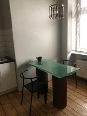 Tisch 2 Stühle und Lampe