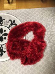 flauschiger, roter Schal