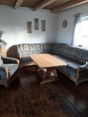 Couchgarnitur mit Sessel und Tisch