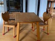 Hochwertiger Kindertisch mit 2 Stühlen