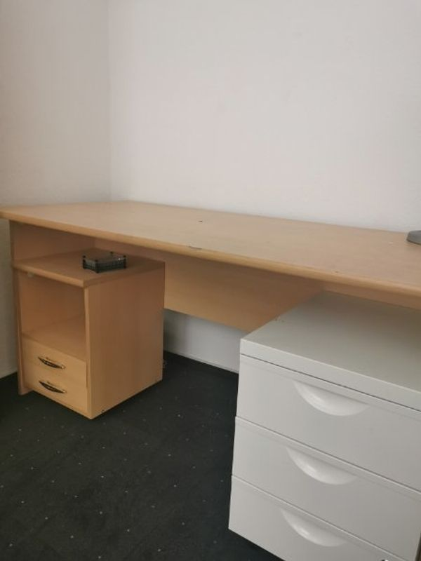 Schreibtisch mit Gebrauchsspuren