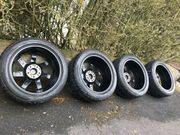 Reifen und Alufelgen schwarz mit