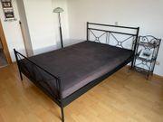 Bett Doppelbett Eisenbett samt Nachtkästchen