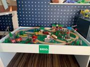 Brio Spieltisch mit Brio Holzeisenbahnset