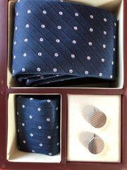 Krawatte mit Manschettenknöpfe