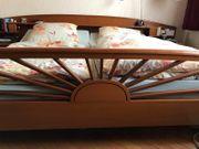 Großes Doppelbett mit Nachtschränkchen