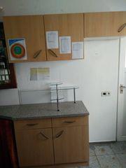 Küchenmöbel-Zeile mit Hochschränken in Buche