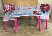 Tisch mit 2 Stühlen von