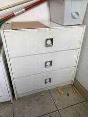 einfacher Schubladenschrank weiß