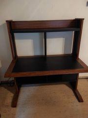 Schreibtisch mit Untertischfächern und Buchregal