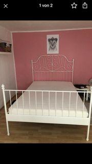 Wunderschönes Bett in weiß