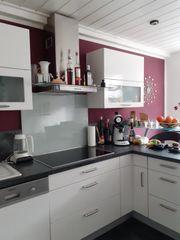 Moderne weiße Hochglanzküche