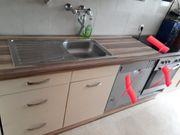 Küche mit Arbeitsplatte und Spüle