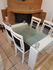 Glastisch mit 4 Stühlen
