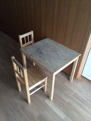 Kindertisch mit zwei Stühlen