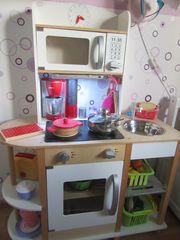 Spielküche mit Unterbauleuchte beleuchtet