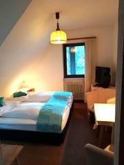 Möbliertes Zweibettzimmer mit Balkon und