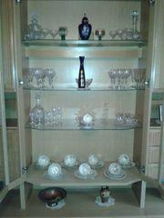 Verschiedene Gläser und Glaskaraffen