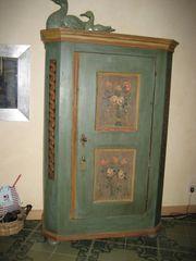 Bemalter schöner antiker eintüriger Schrank