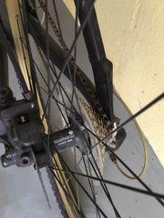 Mountainbike schwarz mit goldenem Schriftzug