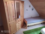 Jugendzimmer Kleiderschrank und Bett Massiv