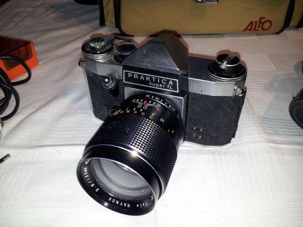 Analoge Spiegelreflexkamera mit Teleobjektiv Fotoapparat