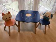 Kindertisch massiv mit zwei Stühlen