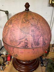 Plattenspieler in Form eines Globus