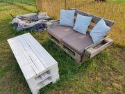 Paletten Sofa mit Tisch und