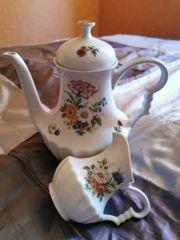 Tee und Milchkanne