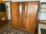 Schöner alter Schlafzimmerschrank