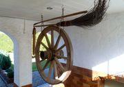 altes antikes Wagenrad mit sonst
