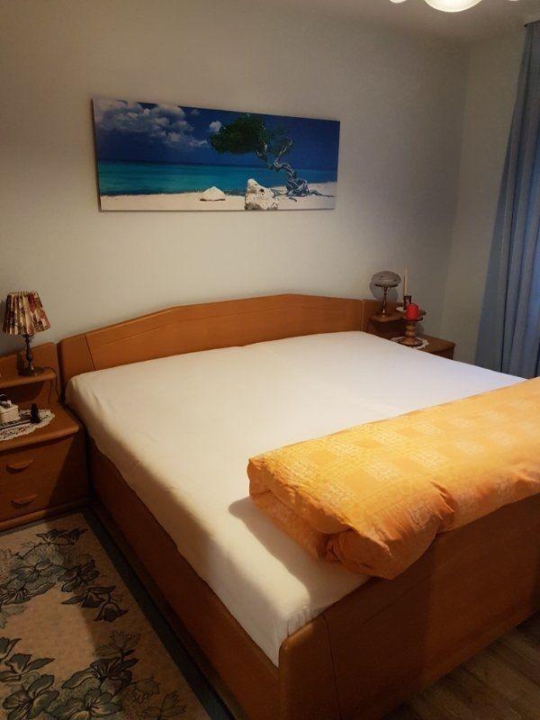 Doppelbett mit elektrisch verstellbaren Rösten