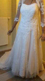 Brautkleid mit Reifrock und Bolerojäckchen