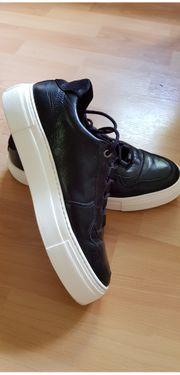 Neuwertige Schuhe anzubieten