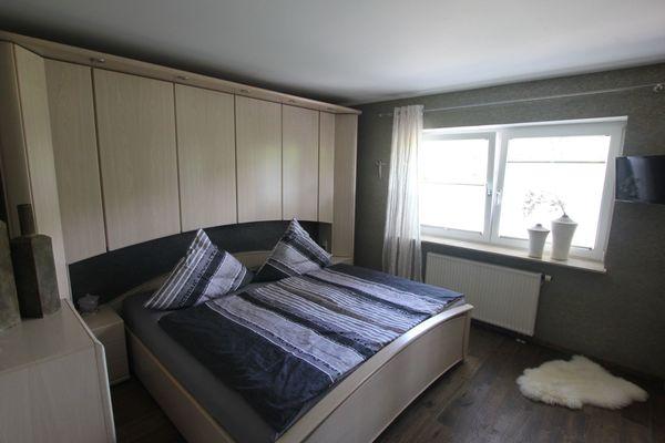 Schlafzimmer mit Überbau und indirekter Beleuchtung und ...