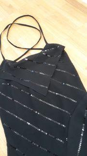Wadenlanges schwarzes Tanzkleid mit Paillettenverzierung