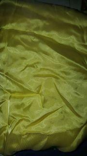 Gelber Stoff glänzend leicht glatt