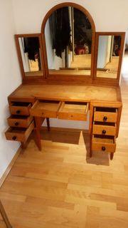 Alte Schminkkommode mit dreiteiligen Spiegeln