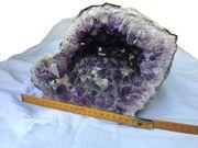 Große Amethystdruse dunkel-lila leuchtend mit